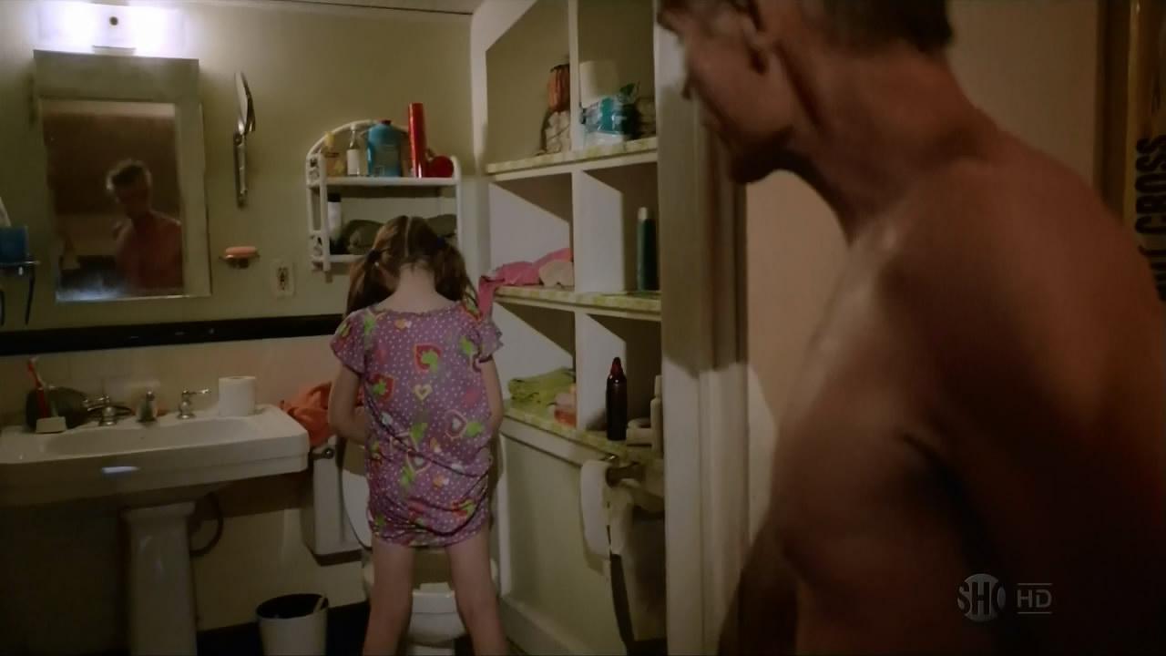 голая девушка одна дома видео участники участницы